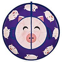 """Ватрушка-тюбинг ЮЛ Happy Piggy предназначена для катания с горок взрослых и детей. Яркий дизайн надувных саней не оставят никого равнодушными. Готовьтесь наслаждаться не только катанием с гор, но и тем, что сани будут притягивать внимание окружающих своей яркостью и индивидуальностью. Дно ватрушки выполнено из прочного ПВХ материала, а верх выполнен из прочной ткани Оксфорд, имеющий яркий сочный принт. За надежность отвечает специально разработанный материал ПВХ, устойчивый к низким температурам (-40 до + 50 градусов), а двойной усиленный шов с использованием специальной армированной нити обеспечит максимальную безопасность и долговечность изделия. Ручки пришиваются «под стропу», что практически исключает их вырывание. Камеры изготовлены из натурального каучука, имеют больший запас прочности. Максимальный уровень комфорта достигается благодаря удобному донышку для посадки и глянцевой поверхности днища, обеспечивающего быстрое скольжение. Дополнительная стропа, пришитая под посадочное место, обеспечивает дополнительную безопасность от удара при катании.<br><br><B><p><font color=""""#ff0000"""">Важно! Если камера не заполнила ватрушку означает, что она не полностью надута и необходимо продолжать надувать камеру до указанных в инструкции значений давления (до полного заполнения чехла)</font></p></B><br><br><B><p><font color=""""#ff0000"""">Камеры имеют специфический запах резины, мы подобрали камеры с наименьшим запахом, но полностью его исключить невозможно по техническим причинам. </font></p></B><br>"""