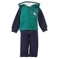 Стильный повседневный комплект для мальчика от Vitamins, включающий в себя боди с распашным воротом и коротким рукавом, штанишки на мягкой резинке и курточку на молнии с капюшоном, - великолепный вариант для прогулок в теплое время года, а также в качестве домашней одежды. Застежка на кнопки в нижней части боди значительно облегчает процесс переодевания и замены подгузника.<br>Состав материала: 100% хлопок.