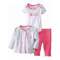 Очаровательный трикотажный комплект для девочки от Vitamins, включающий в себя боди с распашным воротом и коротким рукавом, штанишки на мягкой резинке и кофточку с застежкой на кнопки, - великолепный вариант для прогулок в теплое время года, а также в качестве домашней одежды. Застежка на кнопки в нижней части боди значительно облегчает процесс переодевания и замены подгузника.<br>Состав материала: 100% хлопок.